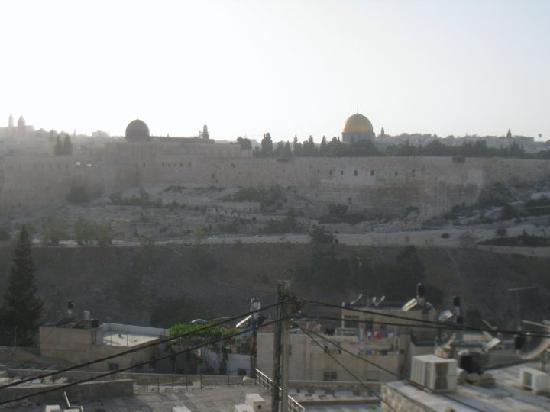Jerusalem Panorama Hotel: Other than facing Temple Mount, the hotel is actually surrounded by cemeteries!