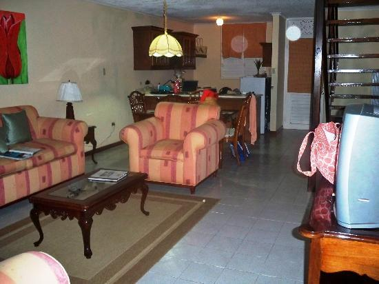 Franklyn D Resort & Spa: Standing in living room looking at kitchen 2 bedroom suite