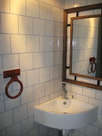 Hostal Coloane: The bathroom