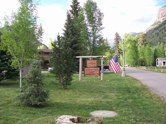 Redstone Cliffs Lodge: Lawn & sign for lodge