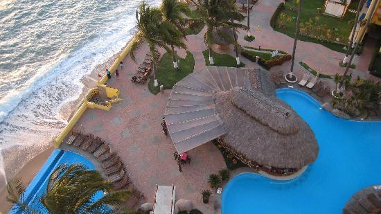 Plaza Pelicanos Grand Beach Resort: pool view from ninth floor