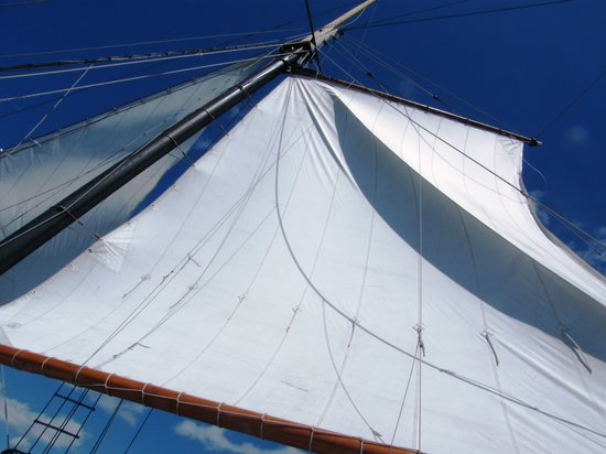 Tallship Cruises : The sails of the Kajama filling with wind