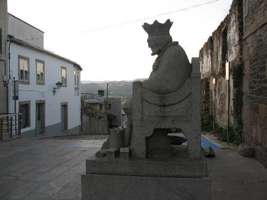 Sarria, Spanien: King Alfonso IX watches over his town