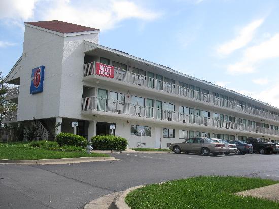 Motel 6 Washington, DC - Gaithersburg: Front of motel (faces car dealership)
