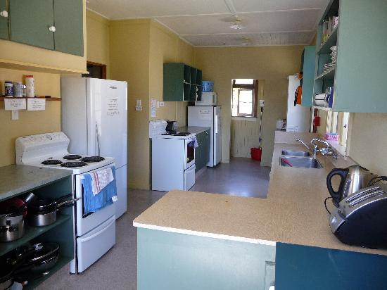 Mountain View Backpackers: kitchen