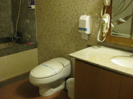 Yuhao Hotel: The bathroom is spacious with a bigger than usual tub.