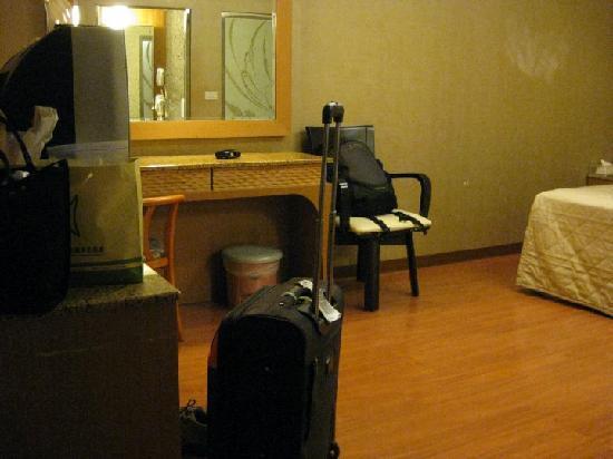Yuhao Hotel: Roomy room.