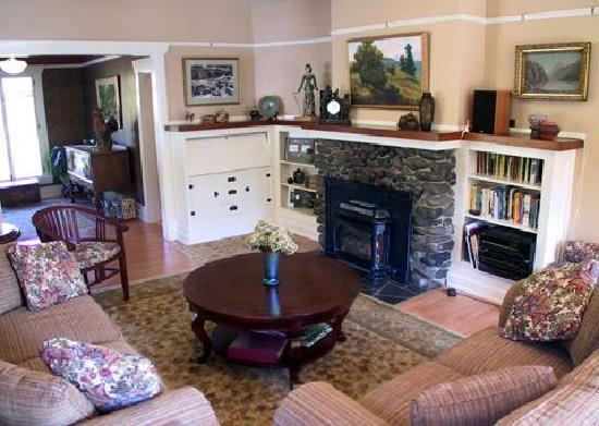 Chanticleer Inn B&B: Our guests' living room