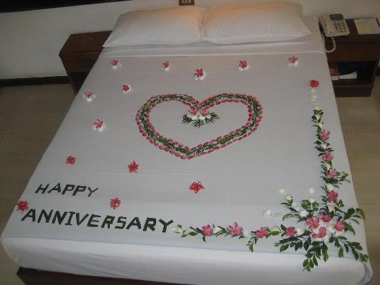 Thavorn Beach Village Resort & Spa: Bed Decoration (Garden View Bungalow)
