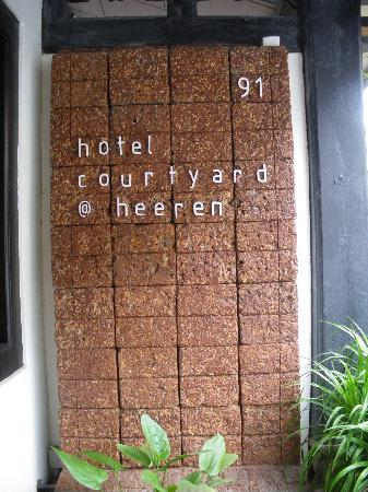 Courtyard @ Heeren Boutique Hotel: Frontdoor