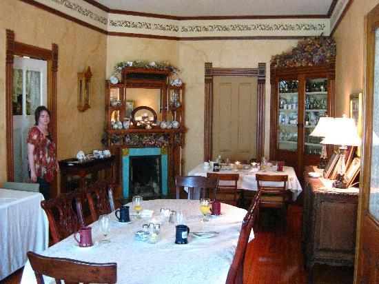 Hamilton House B&B: The dining room with my favorite fireplace