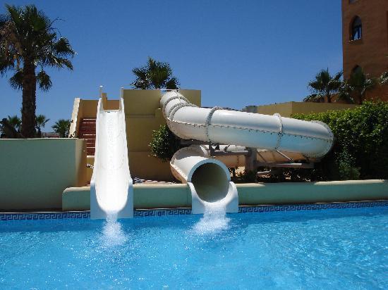 Piscina con toboganes picture of playamarina spa hotel for Toboganes para piscinas