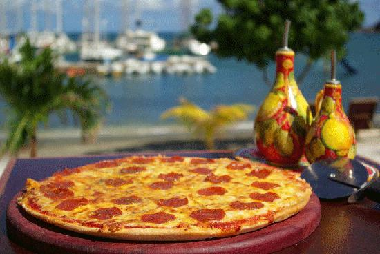 Le Phare Bleu Boutique Hotel & Marina: Pizza at The Deck