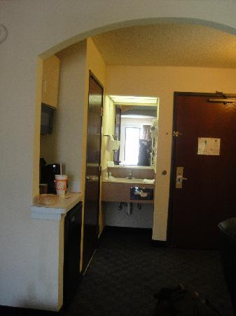 Comfort Inn & Suites DFW Airport South: Baño y ante baño