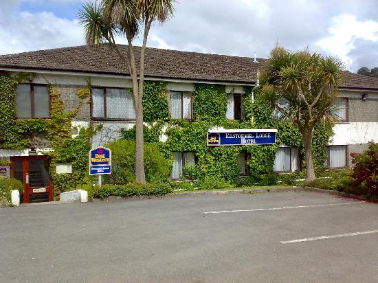 Best Western Fowey Valley: The Rear of the building next to the car park