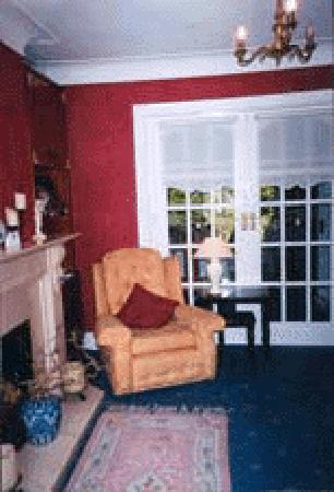 Almara Bed & Breakfast Dublin: One of Almara's Guest T.V. Lounges with library and complimentary tea/coffee