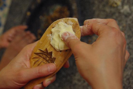 Boutique de Commerce Solidaire AFBK et Cours de Cuisine : apprentissage des pâtisseries marocaines