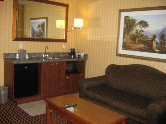 Hampton Inn & Suites Sacramento-Cal Expo: Sitting area with mini fridge & microwave