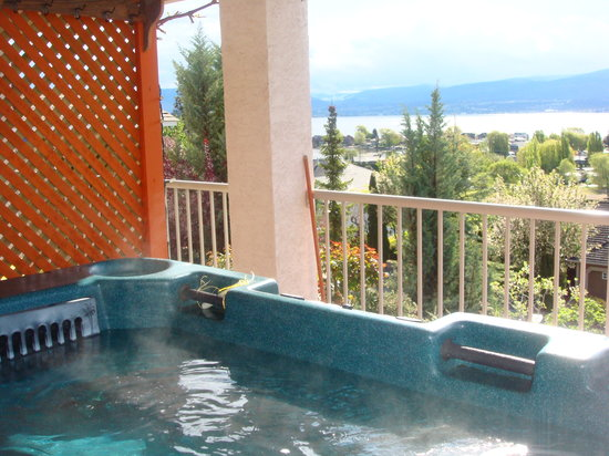 Bedsyde Manor: Private hot tub with lake view