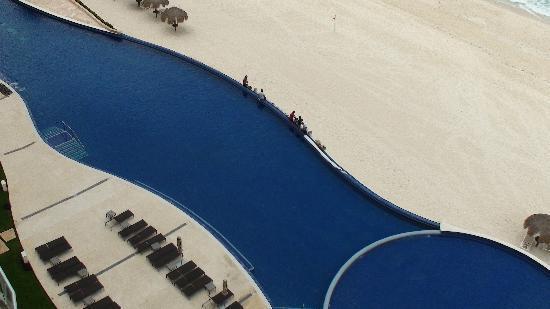Lahia Condominiums: Infinity Pool