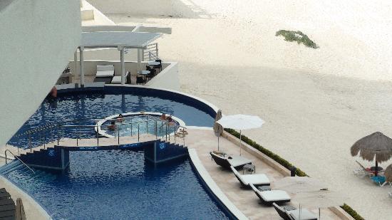Lahia Condominiums: Relaxing Pool Bar