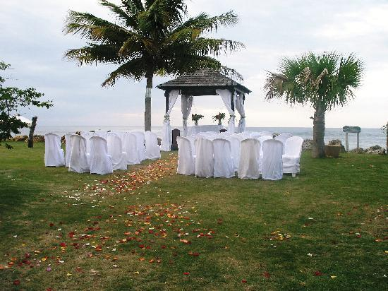 Villa Montana Beach Resort: wedding set up