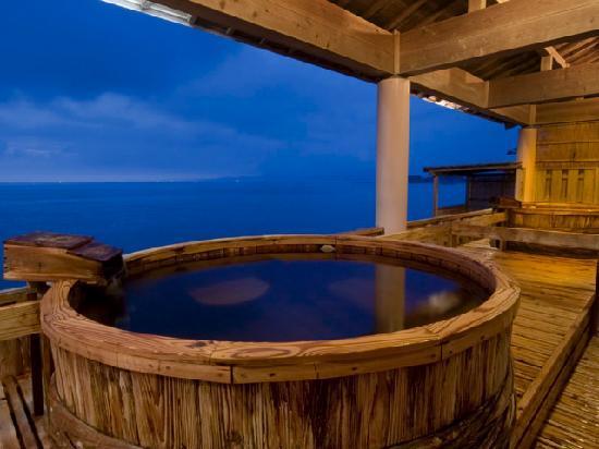 SHIRAHAMA KEY TERRACE HOTEL SEAMORE: 樽風呂から観る海景色は絶景♪