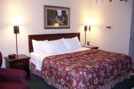 Drury Inn & Suites Springfield : king bed, showing both night tables
