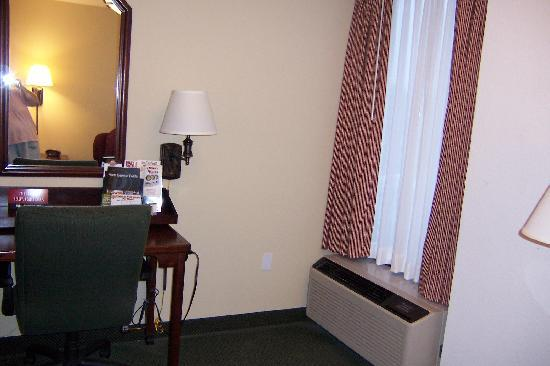 Drury Inn & Suites Springfield, MO: desk and window