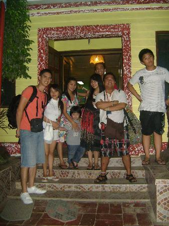 Lola Itang Pension House and Restaurant: The family before check-in