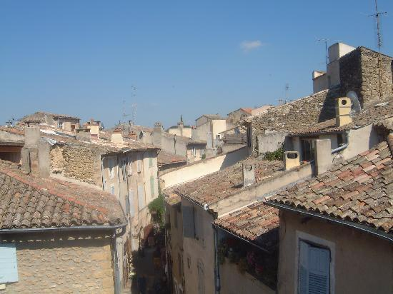 Lourmarin, Francja: View of village rooftops from Moulin