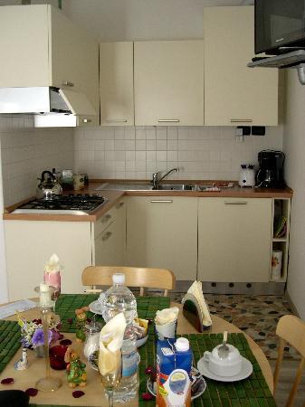 Albachiara: angolo cottura con tavolo imbandito per colazione