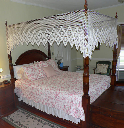 1882 Colonial Manor Inn : Room 5 bed