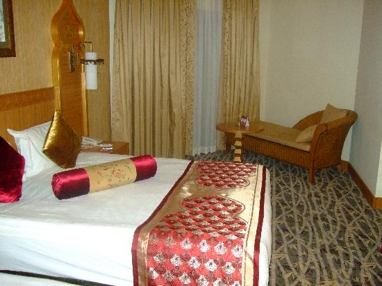 Royal Dragon Hotel: our bedroom