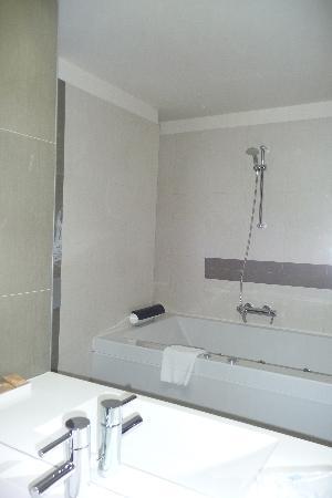 Hotel Cubix: Bathroom