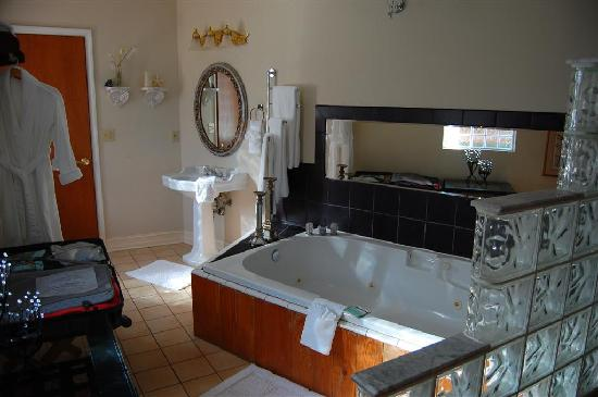 Sweet Magnolia Inn Bed and Breakfast: Jacuzzi tub in Malibu Suite, with light catcher reflection.