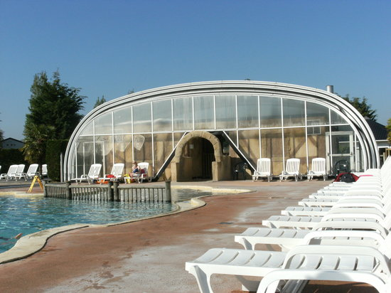 Saint-Aubin-Sur-Mer, França: Indoor/outdoor pool