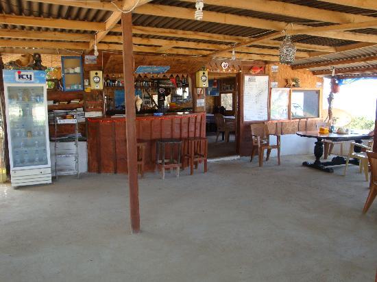 Big Sand Beach Restaurant & Bungalows: Bar area