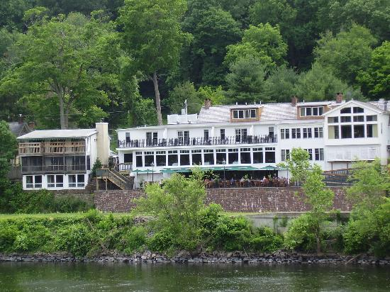 Black Bass Hotel: Hotel from foot bridge