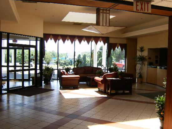 Hudson Valley Hotel and Conference Center by FairBridge: Sunny Day in the Front Lobby