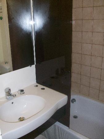Cottage Hôtel: The bathroom