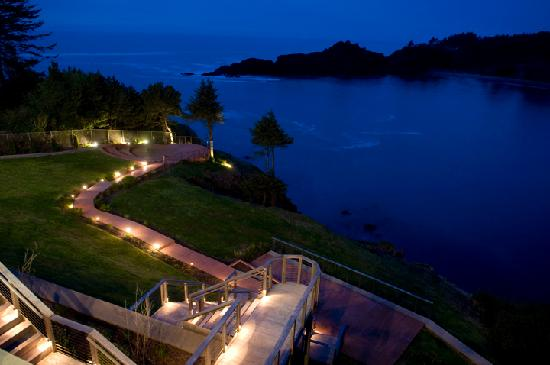 Whale Cove Inn : Pathways at night