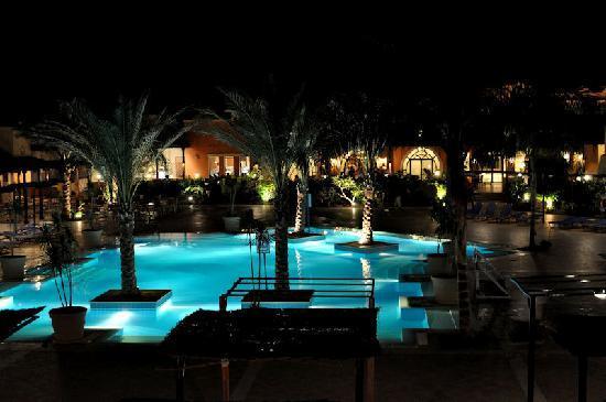 Jaz Dar El Madina: la piscina dell'albergo di sera
