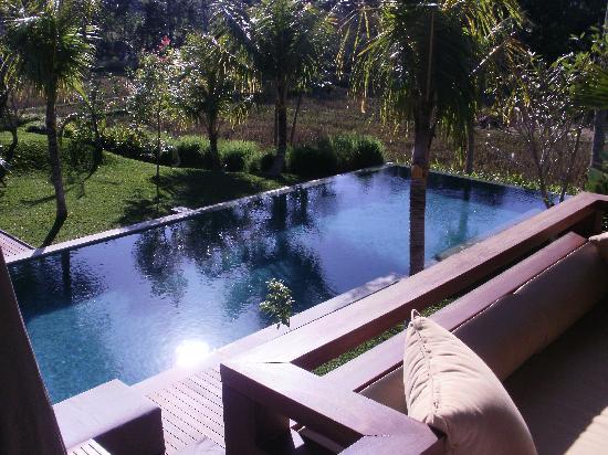 Villa Sabandari: view op zwembad vanaf het balkon