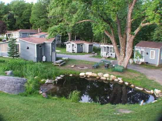 Mt Liberty Lodging: Pond & Cabins