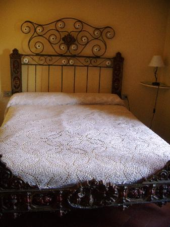Santa Pau, Espagne : The bed in our room