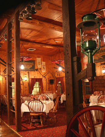 Hickory Bridge Farm Bed and Breakfast: Experience a beautiful dining room