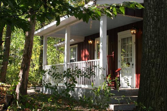 Hickory Bridge Farm Bed and Breakfast: Enjoy the quiet cottage porch