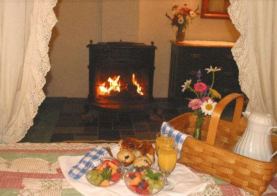 Hickory Bridge Farm Bed and Breakfast: Enjoy breakfast delivered to your room on Sunday