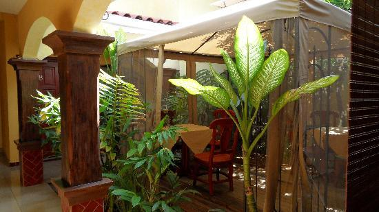 The courtyard of the Hotel Aloha